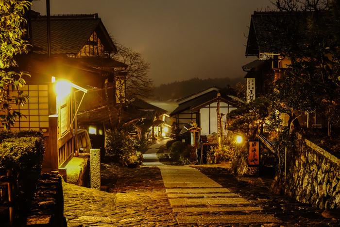 町を歩きながら雑貨屋さんを覗いたり、レトロなカフェでお茶したり、焼きたての煎餅や、おやきなどの食べ歩きグルメも充実しています。どこか昔懐かしい雰囲気の中をゆっくり&のんびり散策してみてはいかがでしょうか…。 夜になると灯りが灯り、11月には、華やかな皇女和宮行列の再現や、馬籠宿すぐの島田公園のもみじライトアップなども行われ、昼とはまた違ったロマンチックな表情を見せてくれます。