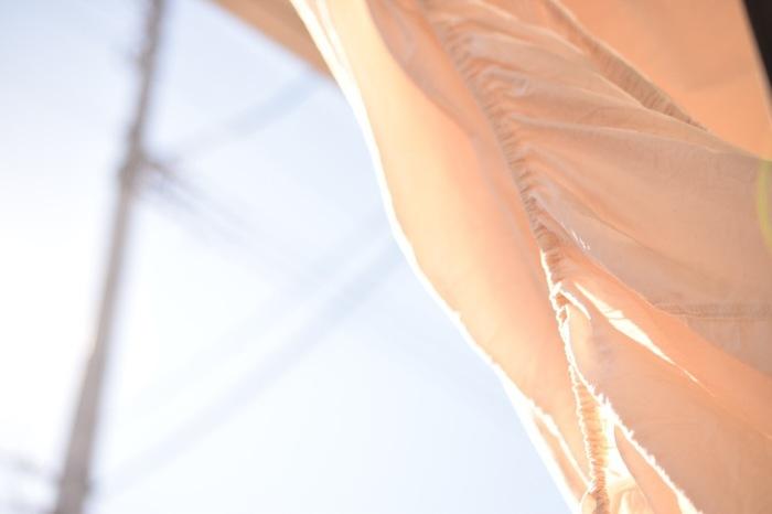 蒸し暑さは「湿度」に左右されるとわかっていながら、意外と見落としがちなのが、「寝具」の湿度。  湿気をため込んだベッドや布団は、それだけでも蒸し暑さの原因になります。天日干しや布団乾燥機などを活用して湿気を取り除くことで、蒸し暑さが改善されます。