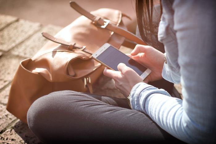誰しも不安はありますが、SNSを社交の場として弁えている場合は、悩みなどネガティヴな情報は書き込まない人も多いのです。他人の良い所ばかりが気になって仕方がないという時は、なるべくスマートフォンを頻繁に出さないなど情報から距離を置く癖を付けて、不安の材料をシャットアウトする方法での自衛を身につけるのもおすすめです。