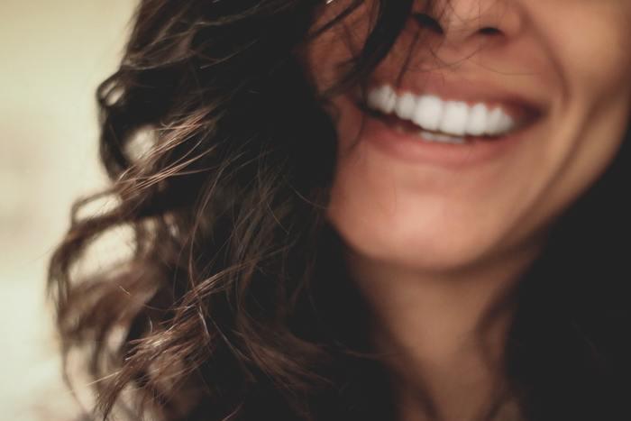 パニックでそれどころではない、悩みや不安で心が押し潰されそう…という時こそ、楽しくなくても口角を上げて笑っている時の口元にしてみましょう。表情だけでも笑っている状態にすると、不思議と気持ちが落ち着いてくるのだとか。
