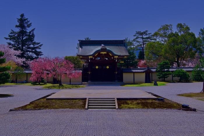 大覚寺御影堂の南側正面に位置する勅使門は1848年から6年の歳月をかけて再建された門です。門前に敷かれた石舞台は、菊の御紋が付された勅使門の威風堂々たる風格を引き立てています。