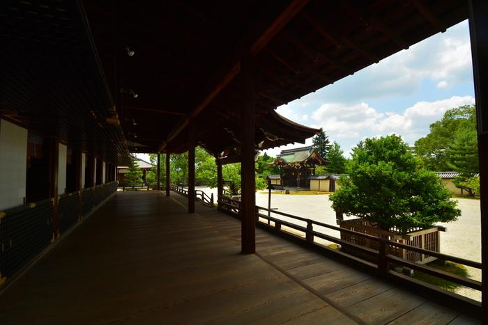 大覚寺境内に入ってすぐの場所に位置する大きな建物・宸殿は、江戸時代に後水尾天皇によって下賜された建築物で国の重要文化財に指定されています。