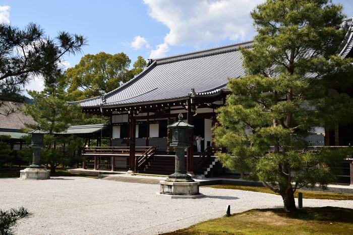 入母屋造、桟瓦葺の屋根、前にはには白砂が敷かれた御影堂は、大覚寺伽藍の中心部に位置しています。この建物は1925年に、大正天皇即位の際に使用された饗応殿を大覚寺へ移築したものです。