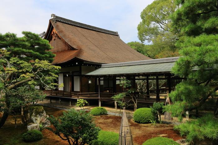 入母屋造、檜皮葺きの正寝殿は桃山時代に建築された書院造の建物で、国の重要文化財に指定されています。内部には大小合わせて12の部屋に分かれています。