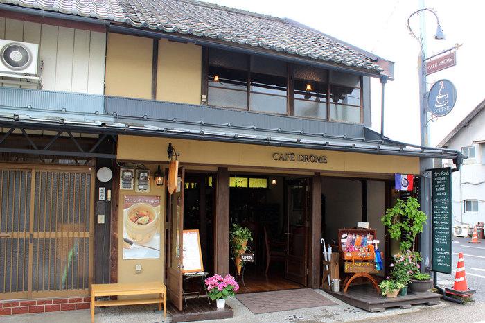 富岡製糸場のすぐそばにある「CAFE DROME(カフェ ドローム)」は、明治8年に建てられた長屋をリノベーションした趣きのあるたたずまいがステキです。