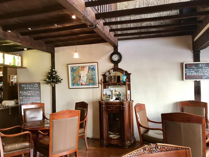 カフェは2階建てで、1階はアンティーク家具に囲まれたレトロな雰囲気。大きな窓から差し込む光が心地良く、目の前の道を行き交う人を眺めながらゆったりカフェタイムを楽しめます。