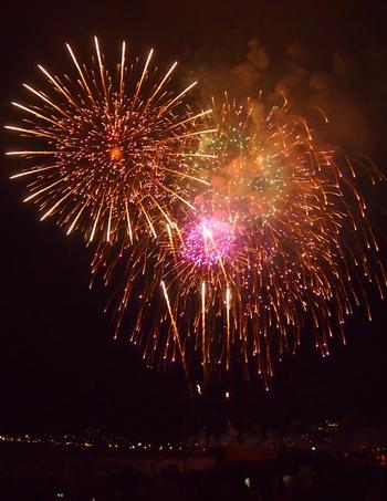 恵那の夏の夜を彩る大花火大会は、とにかく美しく、渓谷に響き渡る大音響はまさに迫力満点!花火の打ち上げ前に行われる放生会・灯篭流しもとても幻想的です。