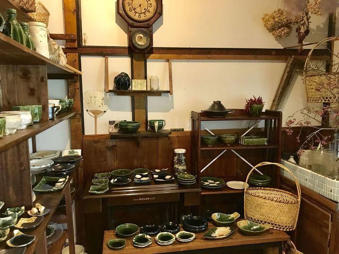 お店で使われている器は、陶芸作家の山本一仁氏のものが中心。深いグリーンが特徴で、お店の雰囲気やお料理にぴったりなんですよ。展示・販売スペースもあるので、気になる方は覗いてみてはいかがでしょうか?