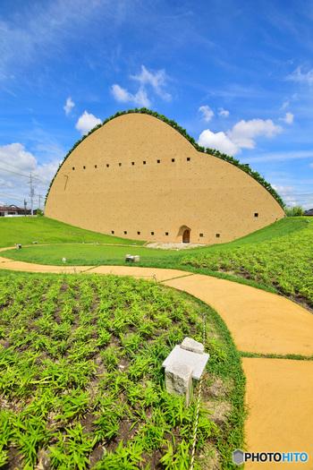 2016年6月、岐阜県多治見市笠原町に開館した「モザイクタイルミュージアム」は、、モザイクタイルの博物館。 藤森照信デザイン、タイルの展示や販売、工作体験などが楽しめ、タイルについて幅広く知ることが出来るスポットです。 この何とも変わった形をした山のような建物は、タイルの原料の土を採掘する彩土場をモチーフに、地場産業のシンボルを目指し作られたんだそうです。