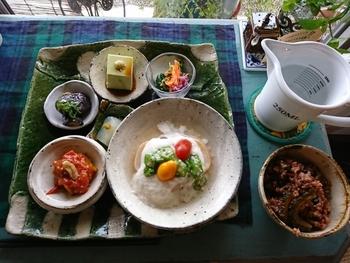 健康的なお食事がいただけると評判で、メニューは日替わり。この日のお惣菜は、車麩の山芋がけやアボカド豆腐など。さらにスープと酵素玄米がセットになっていて、体の中からキレイになれそう。