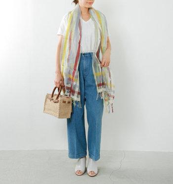 夏らしいビタミンカラーが入ったストールは、コーディネート全体を明るく軽やかな印象にしてくれます。シンプルに白Tシャツ×デニムで出かける日も、ふんわり羽織れば上品コーデが完成します。