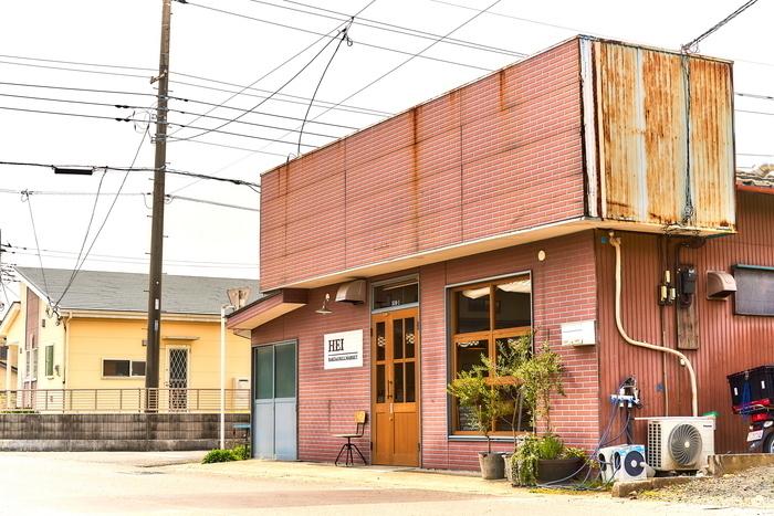 太田駅から歩いて10分ほどの住宅街にある「HEI bake&grill market(ヘイ ベイク&グリル マーケット)」は、レンガ風の外観と木のドアが印象的なカフェ。駐車場もあるので、車で訪れる方にもおすすめです。