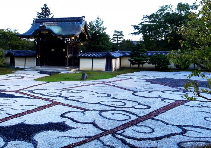愛宕山麓に建立された大覚寺は、真言宗大覚寺派の寺院です。平安時代初期に、嵯峨天皇によって離宮として建立されたのが大覚寺の始まりです。その後、876年に離宮を寺院として改められ、大覚寺となりました。
