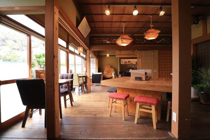 築60年近い古民家をリノベーションした店内は、板張りの床や欄間の装飾が見事。開放感があり、純和風というよりはレトロモダンな雰囲気を取り入れていておしゃれです。
