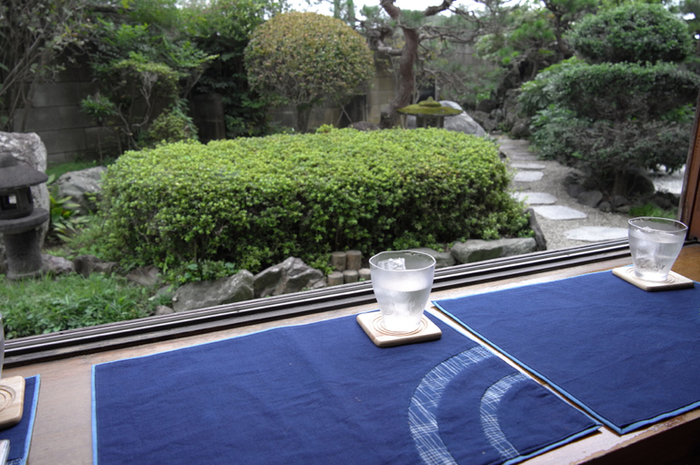 窓際の席に座ると、立派な日本庭園が眺められます。お手入れの行き届いたお庭を見ているだけで、気分がリフレッシュできそう。