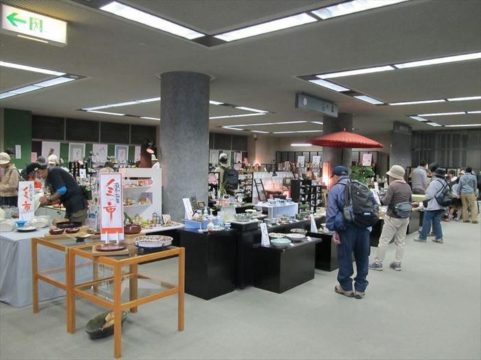 「美濃陶磁歴史館」館内には沢山の資料が展示してあり、中には展示即売コーナーも…。お気に入りの器を見つけてみてはいかがでしょうか!まさに焼き物好きにはたまらないスポット。夫婦や恋人と一緒に訪れてみてはいかがでしょうか。