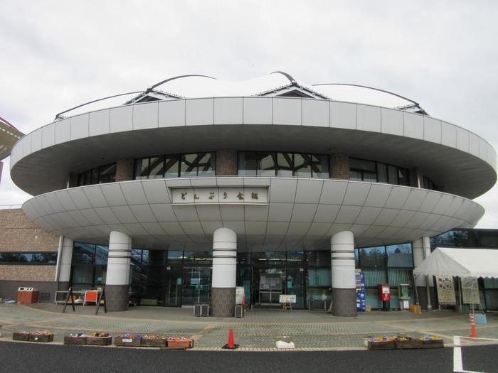 """美濃焼で有名な土岐市にある道の駅「土岐美濃焼街道どんぶり会館」。日本の器文化の原点と言うべく""""どんぶり""""型をデザインした外観が目印。"""