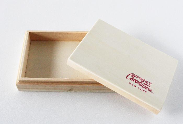 捨てるには忍びない、チョコレートが入っていた木箱。このまま使うのももちろんいいのですが、ちょっと手を加えて一段とおしゃれな雑貨にリメイクします。
