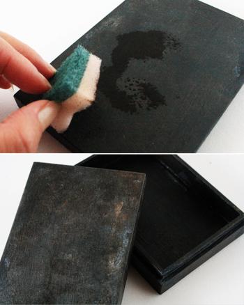 ナチュラルな木の箱を、大人っぽいブラックにペイント。さらにアンティーク調に加工を施して、クールな印象に。