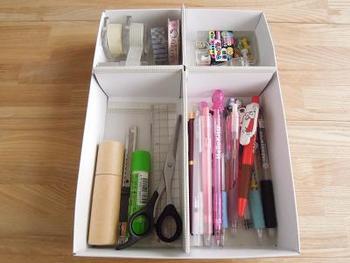 カットする位置を変えれば、文房具などの長めのものも収納できます。既製品の収納仕切りボックスとは異なり、入れるものに合わせてアレンジしやすいのがポイント。