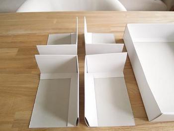 タオルの贈答用などに使われるフタ付きの箱。中箱をお好みのサイズにカットし、仕切りとして活用します。