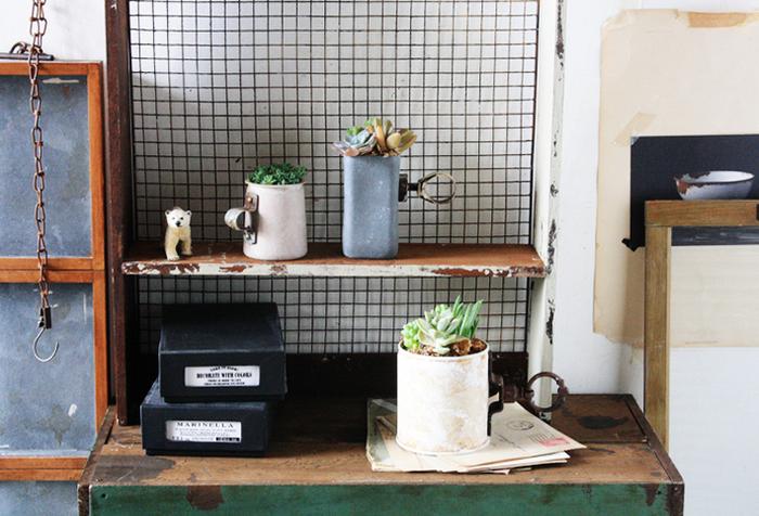 多肉植物や観葉植物を入れてディスプレイするだけで、空間がなんだかおしゃれな雰囲気に。本来なら捨ててしまうものを活用して新たな命を吹き込み、素敵な雑貨に生まれ変わらせる高度なテクニックです。