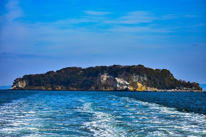 東京湾に浮かんでいる無人島「猿島」は、神奈川県の横須賀中央駅より徒歩約15分のところにある三笠桟橋からたった10分で行ける自然島。東京から気軽に行ける島として人気が高まっています。「猿島」と呼ばれていますが、実際にお猿さんはいないので動物が苦手な方は安心してくださいね!