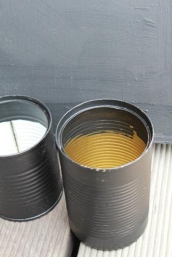 ホールトマトなどが入っていた空き缶。普通なら捨ててしまうものですが、リメイクするために艶消しのブラックにペイント。