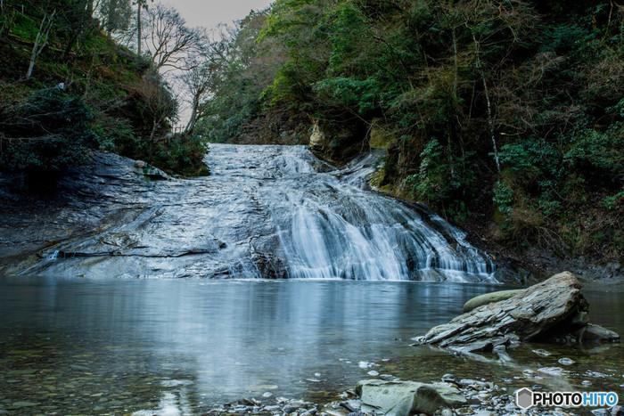 養老渓谷を代表する「粟又の滝」。幅100mの大きな滝で、ゆるやかに流れる水に清涼感を感じます。ここで水遊びする方も多いので、お子さん連れで訪れる際は着替えやタオルがあると良いですね。川の冷たい水に足をつけると、すっと汗がひいてリフレッシュできますよ。