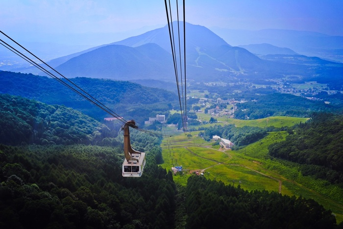 「SORA terrace」は、長野県・湯田中のスキー場、竜王マウンテンパークにあります。世界最大級と言われる166人乗りロープウェイで山頂にのぼると、ひんやり爽快な高原の空気に包まれます。夏の平均気温が18℃ぐらいなので、1枚羽織るものがあっても良いですね。