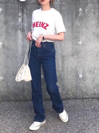 デニムに白Tを合わせた王道コーデ。足元も白スニーカーであわせることでよりシンプルで整った印象になりますね。スカーフを巻いてもおしゃれですよ♪オールスターのローカットは厚みと高さがなくフラットな形なので、少し長めのデニムの裾を緩ませて履くのがキュートでおすすめです。