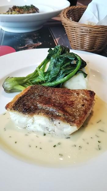 メインはお魚とお肉からセレクトできます。ある日のお魚のメインは、銀鯛のソテー。皮はパリパリと香ばしく、付け合わせのマッシュポテトやほうれん草も繊細な味わいです。