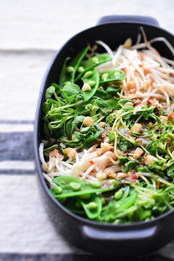 これからの季節にぴったりの、さっぱりレシピ!レンジだけのお手軽調理です♪豆苗ともやしにナッツをプラスすることで、一気にタイ風味を出すことができますよ。