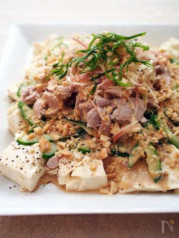 ご飯のお供にもなる、ご馳走冷奴のトッピングとして、ピーナッツをプラス。豆腐、豚しゃぶ、きゅうりと一緒に口に運べば、あらゆる食感のハーモニーを楽しむことができます♪