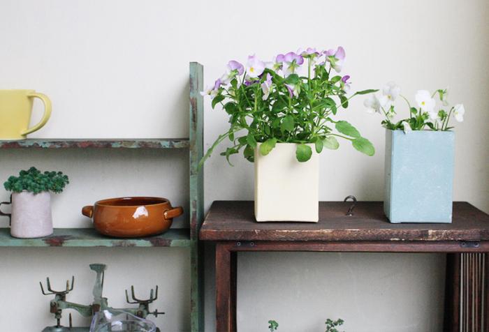 好みの色にペイントしたら、おしゃれなスクエア型のガーデニング用の鉢カバーになりました!水が漏れる心配がないので、お花のポットをそのまま入れて水やりしても大丈夫。