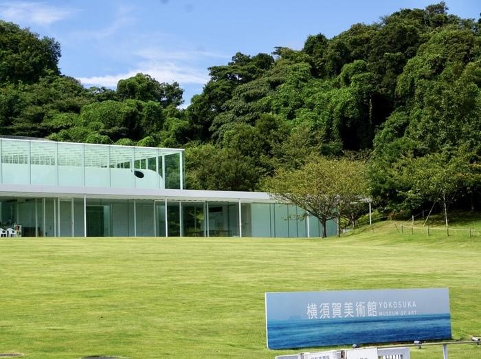 """横須賀美術館にある「アクアマーレ」。""""環境全体が美術館""""をコンセプトに設計されていて、目の前は東京湾、後ろは観音崎公園の緑に囲まれた気持ちの良い場所です。東京南青山のリストランテ「ACQUA PAZZA(アクアパッツァ)」を手がける日髙シェフがプロデュースしているお店だけあって、その味は折り紙つき。"""
