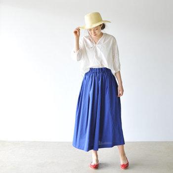 夏の日差しに映えるブルーのリネンスカート。ふわりと風になびくエアリー感がシーズンムードを高めます。シャツをタックインしてウエストマークすることで、メリハリのある着こなしが楽しめます。