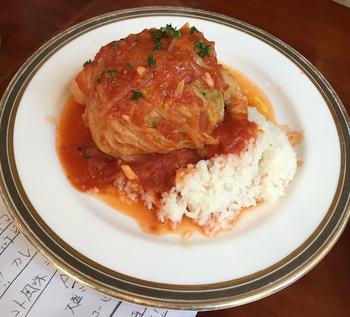 また、ごはん派の方には、シューファルシ風の「ロールキャベツトマトソース ライス添え」がおすすめ。じっくり煮込んだキャベツの甘みと、爽やかなソースに溶け込んだ肉汁のハーモニーが楽しめます。