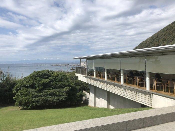 日本で最初の公立近代美術館として開館した神奈川県立近代美術館。洋画や日本画、彫刻などおよそ14,000点もの作品が所蔵されていて、高いクオリティを誇っています。美術館鑑賞のあとは、1階にある「ORANGE BLEUE(オランジュブルー)」でゆったりランチを楽しみましょう。