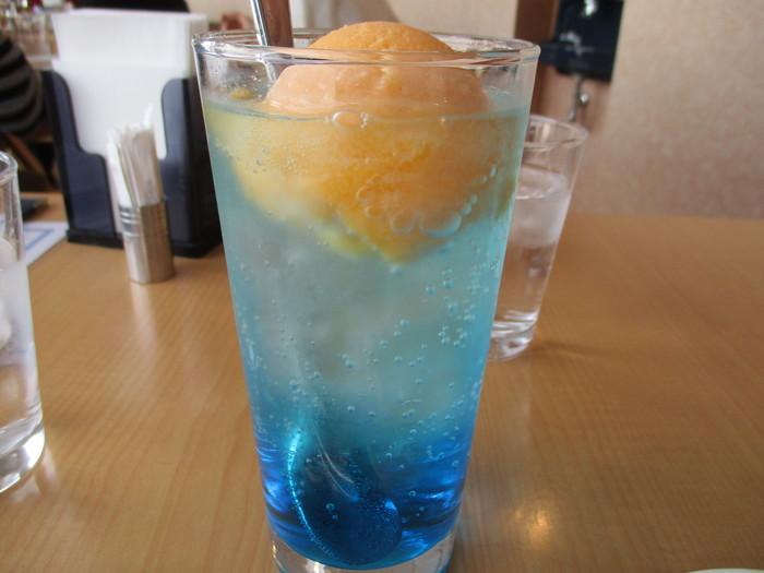 食後は、オリジナルの「オランジュ・ブルー」を飲んでみませんか?海に沈む夕日をイメージしたソフトドリンクで、ソーダ水にオレンジシャーベットが浮かんでいます。美術館らしいこだわりを感じる一杯ですね。