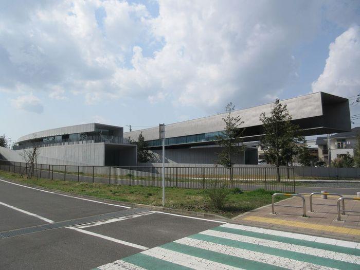 千葉市緑区にあるホキ美術館は、日本初の写実絵画専門美術館です。美術館のために描いた大作や、人物画や風景画など480点が所蔵されています。作品の魅力を存分に引き出せるようにと設計された建物は、地上1階、地下2階の3層構造で一部が宙に浮いている個性的なデザインが特徴です。