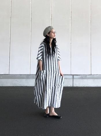 大胆な柄に挑戦しやすいのもリネン素材の魅力♪ストンと一枚で着るだけで雰囲気あるコーデに仕上がります。ワンピースに存在感がある分、小物は控えめなカラーにすると全体が上手にまとまります。