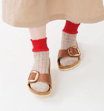 清涼感溢れる履き心地が魅力のリネンソックス。こちらのようなバイカラーを選べばコーデの差し色として活躍してくれそうです。ミモレスカートやハーフパンツなどに合わせて、足元のおしゃれを楽しみましょう。