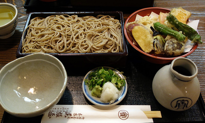 京都ならではの繊細な出汁に、上質なお蕎麦。何度でも食べたくなる、上品だけれどどこかほっとするお品書きが揃います。帰りには、食感が軽くいくつでも食べられてしまう「蕎麦ぼうろ」をおみやげにどうぞ。