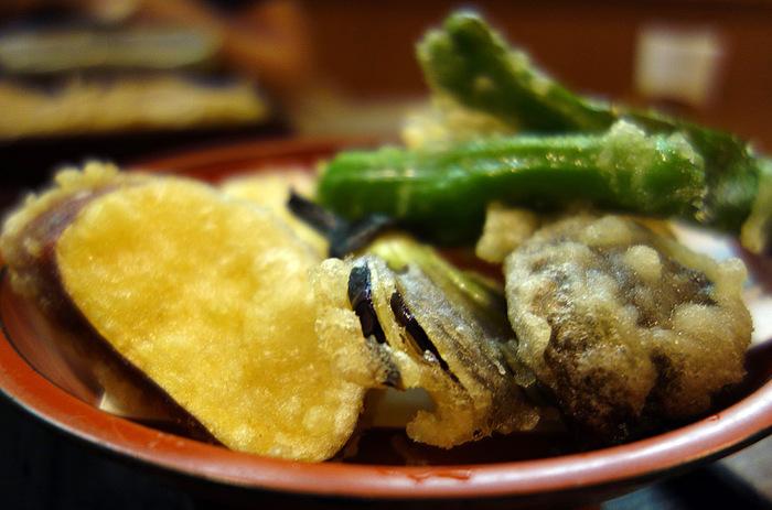 サクサクの天婦羅と蕎麦のセットも人気メニュー。エビ天を中心とした天ぷら盛のほか、野菜がたっぷりいただける、野菜天盛も選べますよ。
