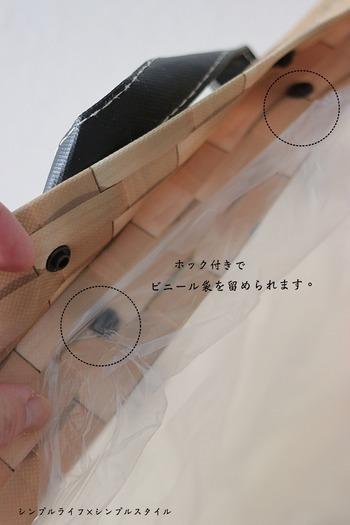 素材はポリプロピレンなのでとても軽く、使い勝手も抜群。中にドットボタンが付いていて、ビニール袋の4辺を留めることができずれ落ちません。