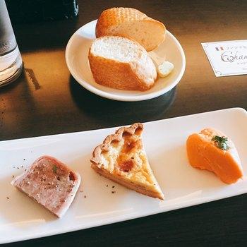 「日替わりランチセット」は、前菜3品とメイン、ライスorパン付きで幅広い年代に人気。前菜は4~5種類ほどの中からセレクト可能です。