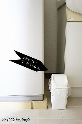 スキンケアに使うコットンや綿棒など、洗面所には小さなゴミ箱があると便利ですが、洗面台の上に置くと場所を取るし、床に置くと、いちいちかがまなければいけないので捨てづらいことも…。