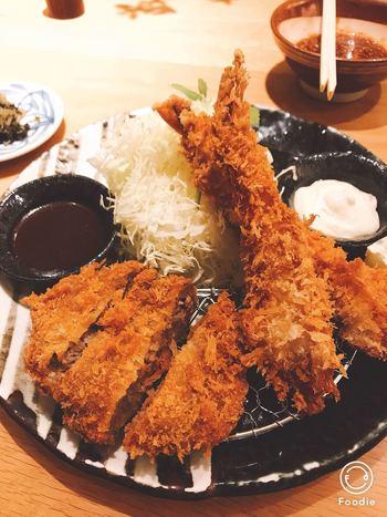 ボリュームたっぷりのランチがお好みなら、名物かつくら膳はいかが。柔らかいヒレかつと、お皿から飛び出さんばかりの大海老かつがセットになっています。お漬物が有名な京都だけに、香の物も絶品。  ごはん、お味噌汁、キャベツはおかわり自由なので、男性の方も大満足なランチがいただけますよ。