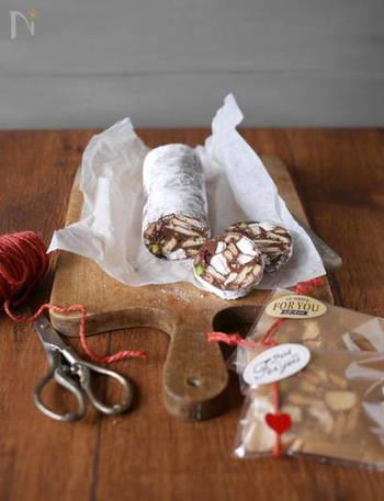 マシュマロとお好みのナッツで、簡単にチョコサラミが作れます♪切る箇所によって断面の見た目も食感も違うので、ついたくさん食べてしまいそう。ラッピングして可愛くおしゃれにプレゼントしてもGOOD。